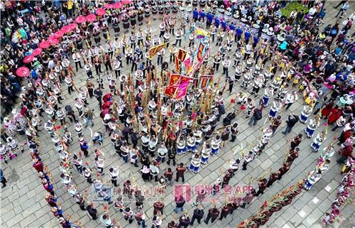市民和身穿盛装的少数民族演员跳起哆耶舞.jpg