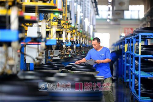 在一家汽车轮胎企业生产车间里,工人在生产线上认真检测轮胎的相关指标.jpg