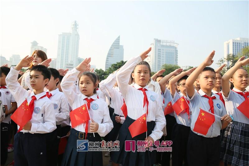今早,柳州千人參加升國旗儀式,共慶偉大祖國70華誕!