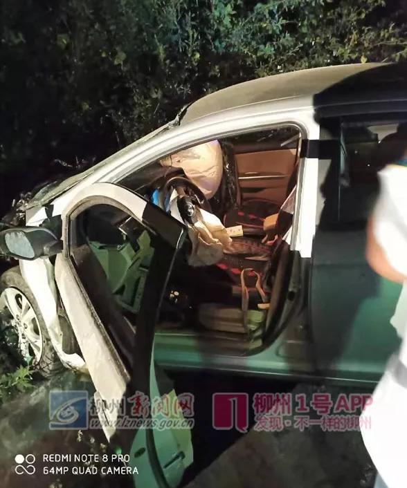 人跑了,车上搜出可疑工具!一辆桂B轿车迎面撞货车后,司机逃逸