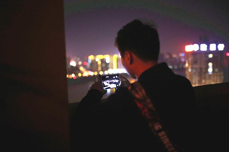 19歲大學生返柳后在QQ空間疑留下輕生遺言,民警憑這張背影照找到他