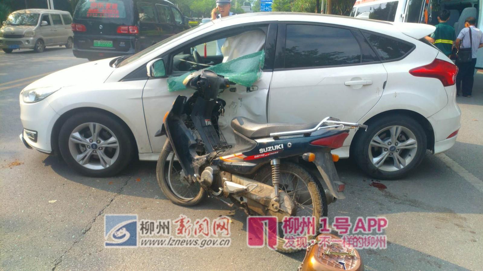 摩托車一頭撞向小車駕駛室側門:汽車玻璃碎成渣,騎手也傷得滿臉是血!