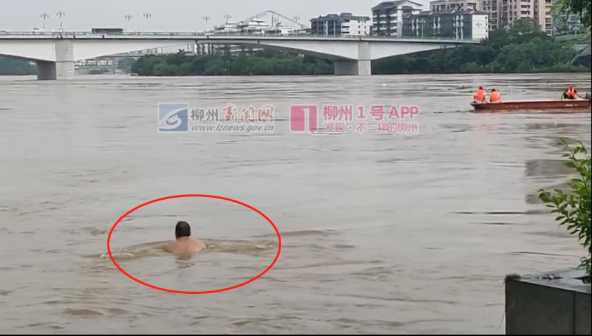 """这边灯船被冲走,那边竟有人到柳江河中游泳!这样""""漂流""""很危险"""