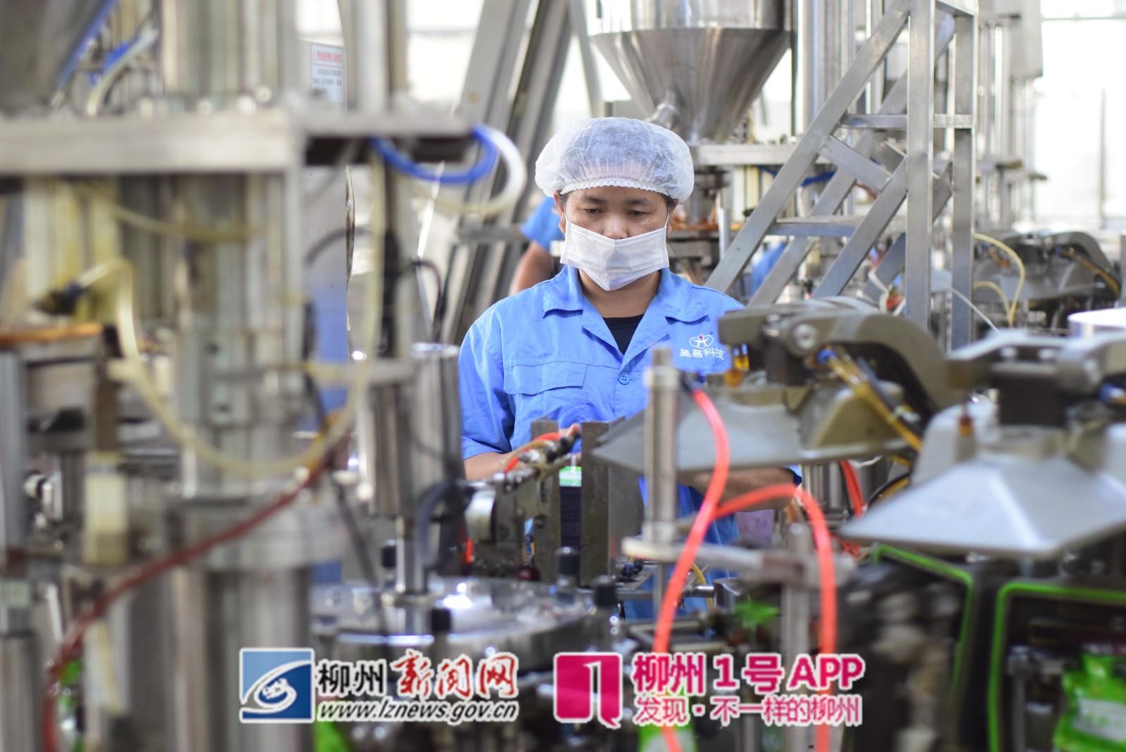 全自動生產線將酸筍包裝成小酸筍包.JPG