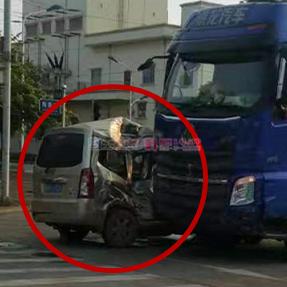 """1号爆料 阳和一面包车被大货车迎面""""怼?#21271;湫危?#26377;人受伤被送医"""
