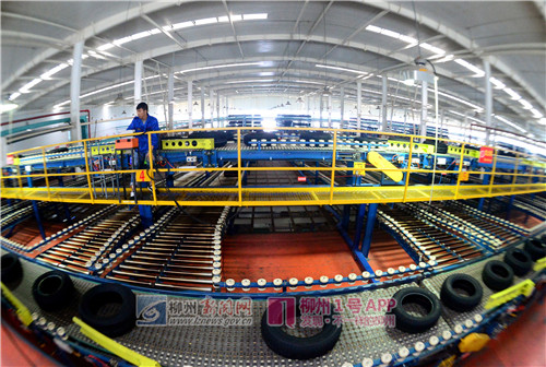 柳州汽车城一家汽车零部件企业里忙碌的半自动化生产线.jpg