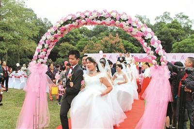 我和我的祖国   幸福与祖国同在,19对新人昨举行集体婚礼