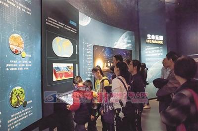 不少家长带小朋友来白莲洞古人类遗址博物馆参观.jpg
