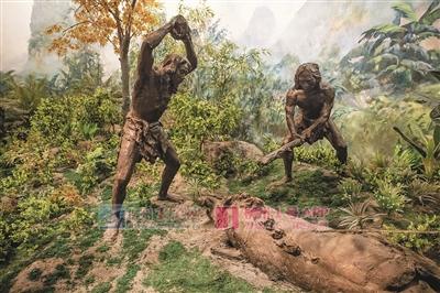 复原像展示了古人类打猎的场景.jpg